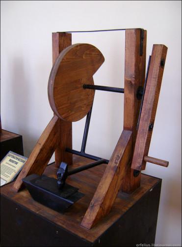 Современная копия механического молота и наковальни
