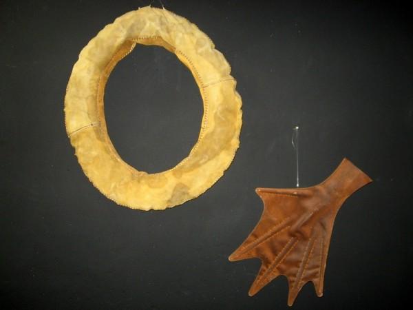 Макет ласт и спасательного круга из кожи